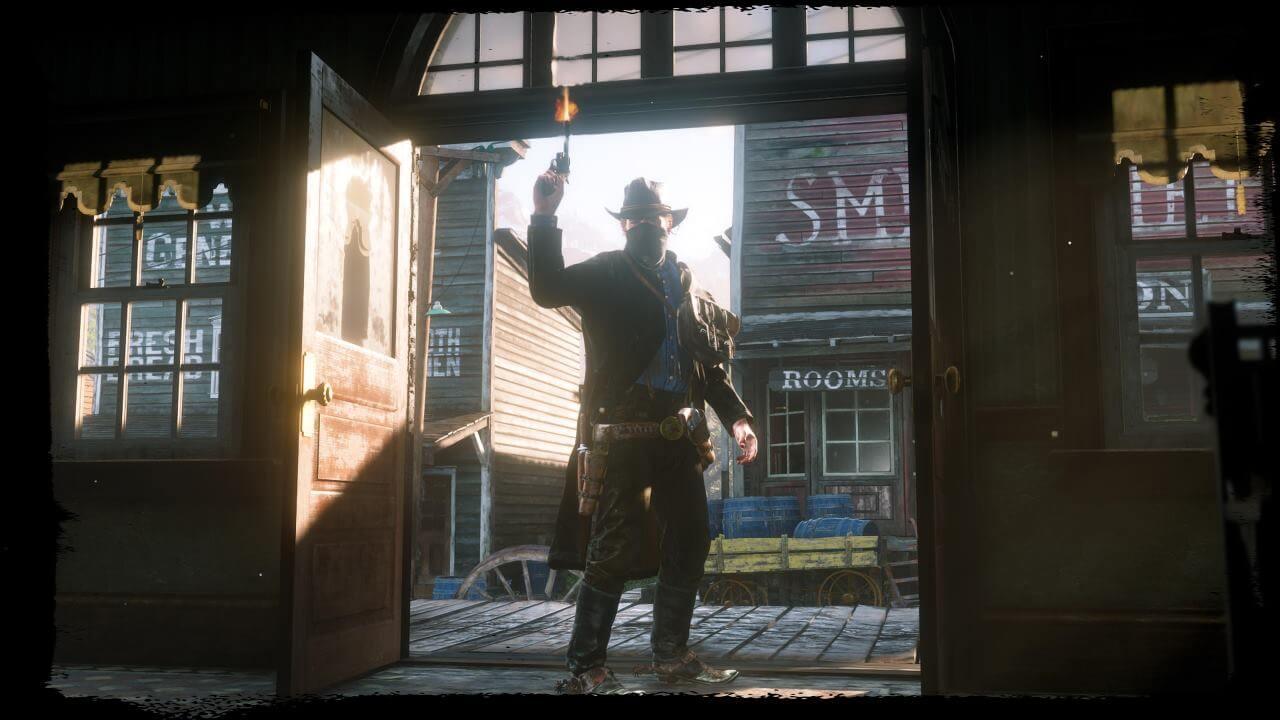 Red Dead Redemption 2 Bandit en la puerta de un salón con revólver en mano